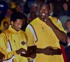 Κόμπε Μπράιαντ και Σακίλ Ο'Νιλ έχουν μόλις παραλάβει το δαχτυλίδι των πρωταθλητών για τον τίτλο του 2000