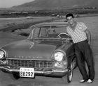 Δεν είχαν πολλοί αυτοκίνητα στη δεκαετία του 50. Ο Σάββας Θεοδωρίδης ποζάρει χαμογελαστός δίπλα στο ΙΧ του...