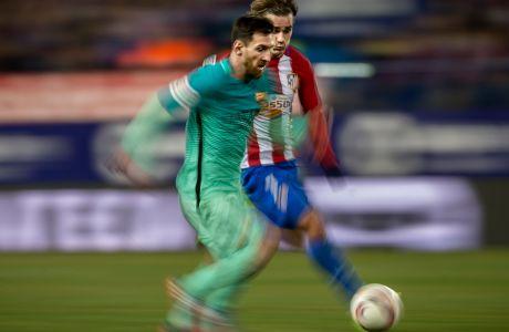 Ο Λιονέλ Μέσι της Μπαρτσελόνα μονομαχεί με τον Αντουάν Γκριεζμάν της Ατλέτικο Μαδρίτης κατά τη διάρκεια του 1ου ημιτελικού του Copa del Rey 2016-2017, στο 'Βιθέντε Καλδερόν' της Μαδρίτης, Τετάρτη 1 Φεβρουαρίου 2017