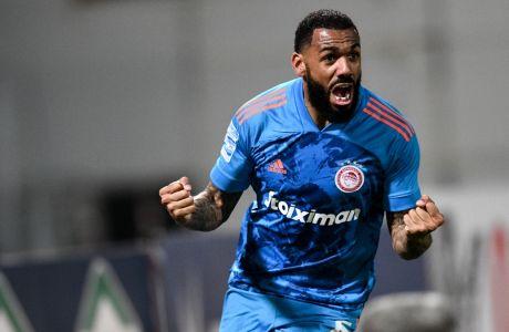 Ο Γιαν Εμβιλά πανηγυρίζει το γκολ που πέτυχε στο 81', βοηθώντας τον Ολυμπιακό να αποδράσει από το Πανθεσσαλικό με τους 3 βαθμούς, στο 1-2 επί του Βόλου για την 24η αγ. της Super League Interwetten | 01/03/2021 (ΦΩΤΟΓΡΑΦΙΑ: ΑΝΤΩΝΗΣ ΝΙΚΟΛΟΠΟΥΛΟΣ / EUROKINISSI)