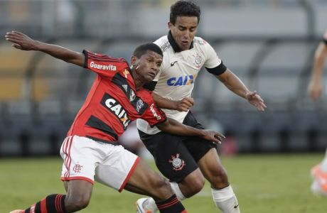 Flamengo's Marcio Araujo, left, fights for a ball with Corinthians' Jadson during a Brazilian soccer league match in Sao Paulo, Brazil, Sunday, April 27, 2014. (AP Photo/Andre Penner)