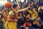 Ο Χριστόφορος Στεφανίδης έχει ανέβει στην πλάτη του Γιάννη Καλαμπόκη, πανηγυρίζοντας με τον κόσμο τη μεγάλη επιτυχία του Παλαιού Φαλήρου