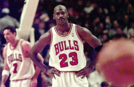 Ο Μάικλ Τζόρνταν των Σικάγο Μπουλς σε στιγμιότυπο της αναμέτρησης με τους Ουάσιγκτον Γουίζαρντς για το NBA 1997-1998 στο 'Γιουνάιτεντ Σέντερ', Σικάγο, Τετάρτη 12 Νοεμβρίου 1997