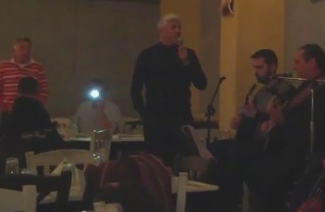 Ο Μανωλάς πήρε το μικρόφωνο και τραγούδησε τον ύμνο (VIDEO)