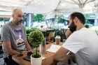 Ο Γιώργος Καράγκουτης με τον συντάκτη του Contra.gr, Γιάννη Ζωιτό