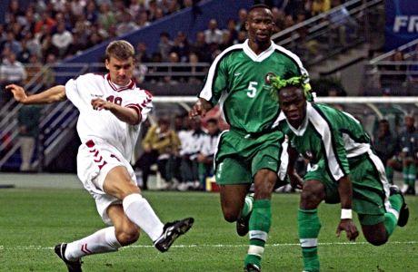 28 Ιουνίου 1998 στη Γαλλία: Ο Έμπε Σαντ της Δανίας επιχειρεί να σουτάρει. Ο Ταρίμπο Γουέστ τον παρακολουθεί