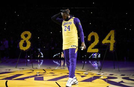 Ο Λεμπρόν Τζέιμς των Λος Άντζελες Λέικερς σε στιγμιότυπο εκδήλωσης στη μνήμη του Κόμπε Μπράιαντ πριν από τον αγώνα με τους Πόρτλαντ Τρέιλ Μπλέιζερς για το NBA 2019-2020 στο 'Στέιπλς Σέντερ', Λος Άντζελες | Παρασκευή 31 Ιανουαρίου 2020