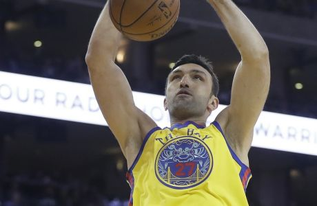 Golden State Warriors' Zaza Pachulia dunks against the Oklahoma City Thunder during the second half of an NBA basketball game Saturday, Feb. 24, 2018, in Oakland, Calif. (AP Photo/Marcio Jose Sanchez)