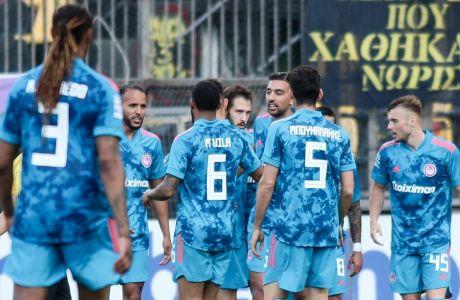 Ο Κώστας Φορτούνης έχει κάνει το 1-1 και τον συγχαίρουν οι συμπαίκτες του