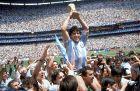 Ο Ντιέγο Μαραντόνα με το Παγκόσμιο Κύπελλο του 1986. Ο Θεός του ποδοσφαίρου έφυγε από τη ζωή στις 25 Νοεμβρίου του 2020, σε ηλικία 60 ετών.