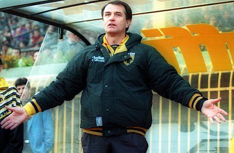 Ο προπονητής της ΑΕΚ, Ντούσαν Μπάγεβιτς, σε στιγμιότυπο της αναμέτρησης με τον Λεβαδειακό για την Α' Εθνική 1993-1994 στο 'Νίκος Γκούμας' | Τετάρτη 5 Ιανουαρίου 1994