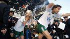 Τάκης Φύσσας και Ρενέ Χένρικσεν του Παναθηναϊκού βγαίνουν από τη φυσούνα του γηπέδου της Ριζούπολης, πριν από το ντέρμπι με τον Ολυμπιακό για την Α' Εθνική 2002-2003, Κυριακή 11 Μαΐου 2003