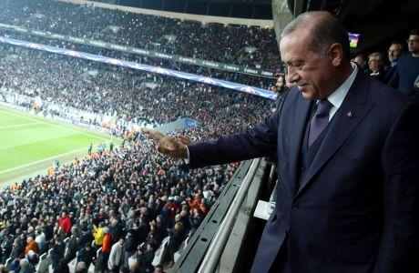 Ο πρόεδρος της Τουρκίας, Ρετζέπ Ταγίπ Ερντογάν, χαιρετάει το πλήθος μετά από τον αγώνα της Μπεσίκτας με την Πόρτο για τη φάση των ομίλων του Champions League 2017-2018, Κωνσταντινούπολη, Τρίτη 21 Νοεμβρίου 2017