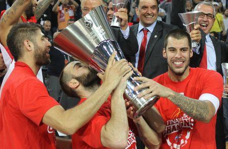 Πρίντεζης, Βασιλόπουλος και Σπανούλης σηκώνουν το τρόπαιο της Ευρωλίγκας (2012).
