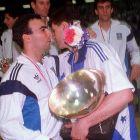 Η αγκαλιά Γκάλη-Πέτροβιτς στο βάθρο. Δυο τεράστιοι μπασκετμπολίστες...