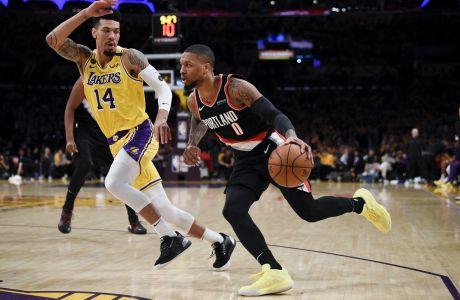 Ο Ντέμιαν Λίλαρντ των Πόρτλαντ Τρέιλ Μπλέιζερς σε στιγμιότυπο με τον Ντάνι Γκριν των Λος Άντζελες Λέικερς για την αναμέτρηση του NBA 2019-2020 στο 'Στέιπλς Σέντερ', Λος Άντζελες, Παρασκευή 31 Ιανουαρίου 2020
