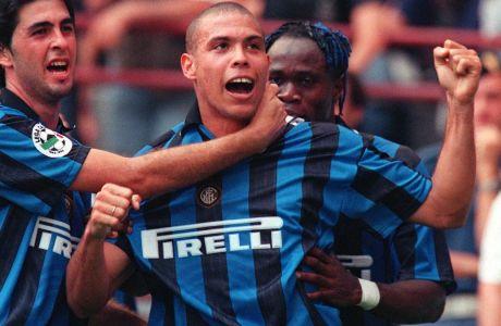 O Ρονάλντο πανηγυρίζει ένα γκολ του σε αναμέτρηση της Ίντερ με την Φιορεντίνα στο San Siro