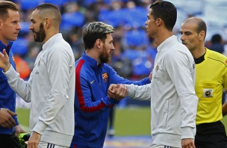 Barcelona's Lionel Messi, centre, greets Real Madrid's Cristiano Ronaldo, second right, before the Spanish La Liga soccer match between FC Barcelona and Real Madrid at the Camp Nou in Barcelona, Spain, Saturday, Dec. 3, 2016. The match ended in a 1-1 draw. (AP Photo/Francisco Seco)
