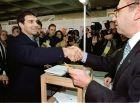 """Ο εκπρόσωπος της πλατφόρμας """"Elefant Blau"""", Τζουάν Λαπόρτα, χαιρετάει τον πρόεδρο του εκλογικού τμήματος στις εκλογές του 1998."""