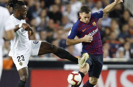 Ο Τόμας Βερμάελεν της Μπαρτσελόνα μονομαχεί με τον Μισί Μπατσουαγί της Βαλένθια σε αγώνα για την Primera Division 2018-2019 στο 'Μεστάγια' της Βαλένθια, Ισπανία, Κυριακή 7 Οκτωβρίου 2018