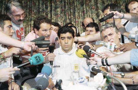 Ο Ντιέγκο Μαραντόνα της Αργεντινής κατά τη διάρκεια συνέντευξης Τύπου πριν από την αναμέτρηση με τη Βουλγαρία για τη φάση των ομίλων του Παγκοσμίου Κυπέλλου 1994, στο στο ξενοδοχείο 'Sheraton Park Plaza', Ντάλας | Πέμπτη 30 Ιουνίου 1994