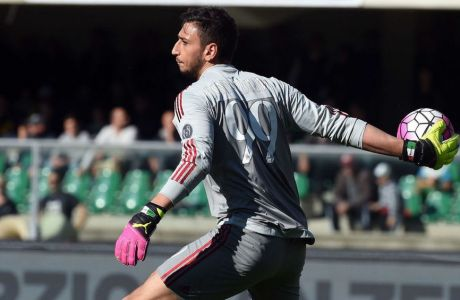 VERONA, ITALY - APRIL 25:  Goalkeeper of AC Milan Gianluigi Donnarumma looks during the Serie A match between Hellas Verona FC and AC Milan at Stadio Marc'Antonio Bentegodi on April 24, 2016 in Verona, Italy.  (Photo by Pier Marco Tacca/Getty Images)