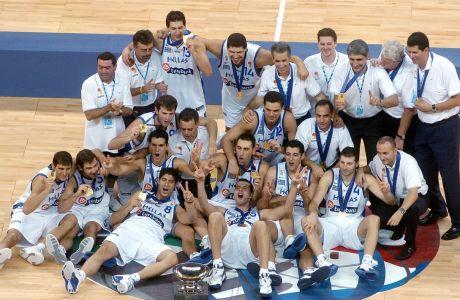 Η Εθνική του 2005 με το κύπελλο της πρωταθλήτριας Ευρώπης, στο Βελιγράδι
