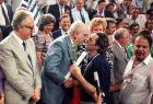 Λίγο μετά τον θρίαμβο επί της ΕΣΣΔ, ο Ανδρέας Παπανδρέου ασπάζεται τον Κώστα Πολίτη. Δεξιά ο αναμαλλιασμένος Γιώργος Βασιλακόπουλος και αριστερά ο τότε πρόεδρος της Δημοκρατίας Κ. Σαρτζετάκης