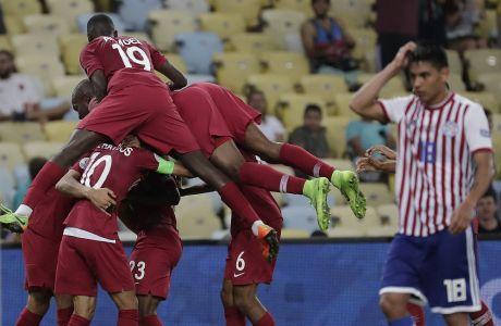 Οι διεθνείς ποδοσφαιριστές του Κατάρ πανηγυρίζουν το 2-2 απέναντι στην Παραγουάη, στην πρεμιέρα του Κόπα Αμέρικα
