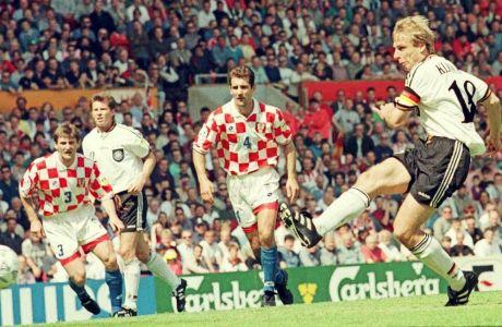 Ο Γιούργκεν Κλίνσμαν εκτελεί εύστοχα το πέναλτι για το 1-0 της Γερμανίας επί της Κροατίας, στον προημιτελικό του Euro 96