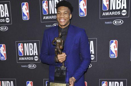 Ο Γιάννης Αντετοκούνμπο ποζάρει με το βραβείο του NBA 2019 MVP