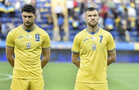 Οι Ρομάν Γιάρεμτσουκ και Αντρέι Γιαρμολένκο φορώντας τη νέα, αμφιλεγόμενη, εμφάνιση της εθνικής Ουκρανίας στο φιλικό με την Κύπρο