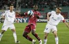 epa01167897 Ibrahima Bakayoko (C) of Larissa fights for the ball with Martin Skrtel (L) and Anatoliy Tymoschuk (R) of Zenit during their group A UEFA Cup soccer match in Volos city, central Greece, 8 November 2007.  EPA/NIKOS AXELIS