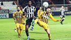 Σακόρ και Ματίγια διεκδικούν την μπάλα σε αναμέτρηση ΟΦΗ - Άρης νωρίτερα μέσα στη σεζόν, στο πλαίσιο της Super League 1 2019-2020. ΦΩΤΟΓΡΑΦΙΑ: ΣΤΕΦΑΝΟΣ ΡΑΠΑΝΗΣ / EUROKINISSI