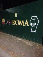 Φέρετρα και κεριά έξω από το προπονητικό κέντρο της Ρόμα!