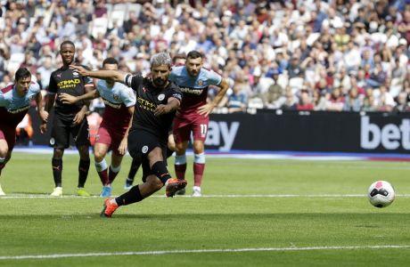 Ο Σέρχιο Αγκουέρο της Μάντσεστερ Σίτι εκτελεί πέναλτι στον αγώνα κόντρα στη Γουέστ Χαμ για την Premier League 2019-2020 στο 'Γουέμπλεϊ' του Λονδίνου, Σάββατο 10 Αυγούστου 2019