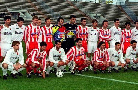 Οι ποδοσφαιριστές του Ολυμπιακού και του Ερυθρού Αστέρα στο φιλικό που έδωσαν το 1996 στο Φάληρο