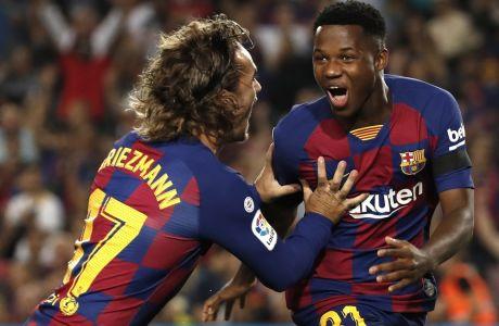 Ο Άνσου Φάτι πανηγυρίζει με τον Αντουάν Γκριεζμάν το τέρμα που πέτυχε για λογαριασμό της Μπαρτσελόνα απέναντι στην Βαλένθια (5-2) στο 'Camp Nou' της Βαρκελώνης, για την 4η αγωνιστική της La Liga (14/09/2019)
