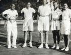 Ο Λάζαρος Στάλιος δίπλα στον Βασιλιά Παύλο, κατά τη διάρκεια διπλού αγώνα τένις.
