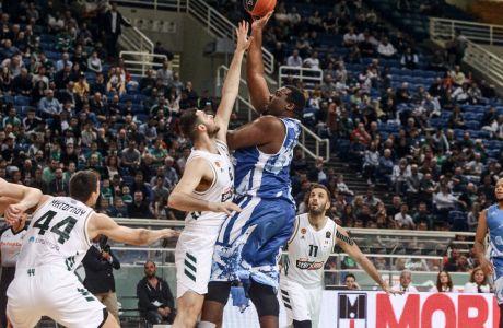 Ο Σοφοκλής Σχορτσανίτης του Ιωνικού παίρνει το τζάμπολ από τον Γιώργο Παπαγιάννη του Παναθηναϊκού σε αναμέτρηση για τη Basket League 2019-2020 στο κλειστό του ΟΑΚΑ, Σάββατο 16 Νοεμβρίου 2019