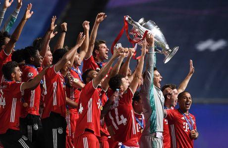 """Οι παίκτες της Μπάγερν στην απονομή του τροπαίου του Champions League 2019-2020 έπειτα από τον τελικό με την Παρί στο 'Λουζ' της Λισαβόνας """" Κυριακή 23 Αυγούστου 2020"""