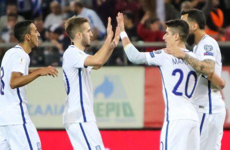 Φορτούνης και Μάνταλος πανηγυρίζουν ένα γκολ της εθνικής Ελλάδας στα προκριματικά του Παγκομσίου Κυπέλλου 2018 κόντρα στο Γιβραλτάρ. (ΦΩΤΟΓΡΑΦΙΑ:  ΤΑΚΗΣ ΣΑΓΙΑΣ / EUROKINISSI)