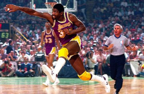 BOSTON, MA - 1985: Magic Johnson #32 of the Los Angeles Lakers passes against the Boston Celtics circa 1985 at the Boston Garden in Boston, Massachussetts. NOTE TO USER: User expressly acknowledges and agrees that, by downloading and or using this photograph, User is consenting to the terms and conditions of the Getty Images License Agreement. Mandatory Copyright Notice: Copyright 1985 NBAE (Photo by Dick Raphael/NBAE via Getty Images)