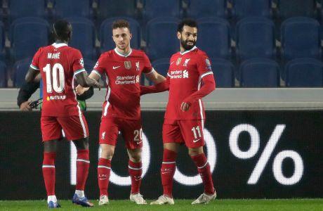 Ο Ντιόγκο Ζότα της Λίβερπουλ πανηγυρίζει με τους Μοχάμεντ Σαλάχ και Σαντιό Μανέ γκολ που σημείωσε κόντρα στην Αταλάντα για τη φάση των ομίλων του Champions League 2020-2021 στο 'Ατλέτι Ατζούρι', Μπέργκαμο | Τρίτη 3 Νοεμβρίου 2020