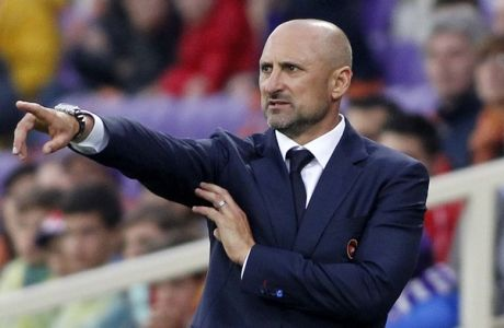 Cagliari coach Gianluca Festa gives instructions to his players during a Serie A soccer match between Fiorentina and Cagliari at the Artemio Franchi stadium in Florence, Italy, Sunday, April 26, 2015. (AP Photo/Fabrizio Giovannozzi)