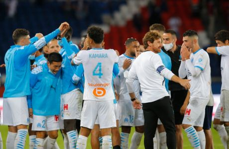 Ο προπονητής της Μαρσέιγ, Αντρέ Βίλας Μπόας, πανηγυρίζει με τους παίκτες του τη νίκη επί της Παρί για τη Ligue 1 2029-2021 στο 'Παρκ ντε Πρενς', Παρίσι | Κυριακή 13 Σεπτεμβρίου 2020