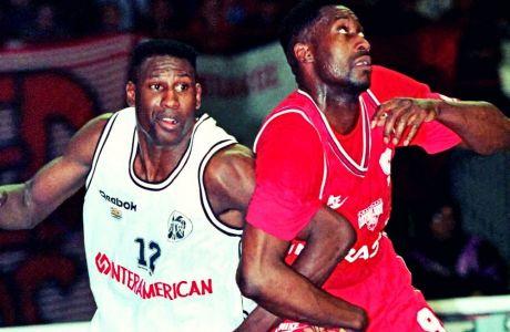 Ο Κλιφ Λέβινγκστον και ο Γουόλτερ Μπέρι σε θέση για ριμπάουντ κατά τη διάρκεια αγώνα του ΠΑΟΚ με τον Ολυμπιακό στα 90s
