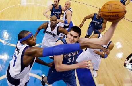 Ο Ντάρκο Μίλιτσιτς των Μινεσότα Τίμπεργουλβς σε προσπάθεια απέναντι στον Μπρένταν Χέιγουντ των Ντάλας Μάβερικς για το NBA 2011-2012, Ντάλας, Τετάρτη 25 Ιανουαρίου 2012