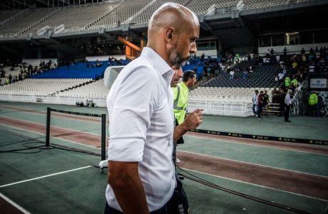 Ο Μιγκέλ Καρντόσο αποχωρεί για τα αποδυτήρια του Ολυμπιακού Σταδίου μετά από την ήττα της ΑΕΚ από την Ξάνθη στη Super League 2019-2020, Κυριακή 25 Αυγούστου 2019