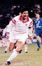 Ο Μαραντόνα πανηγυρίζει το πρώτο του γκολ με τη Σεβίγια απέναντι στη Σαραγόσα (6/10/1992)